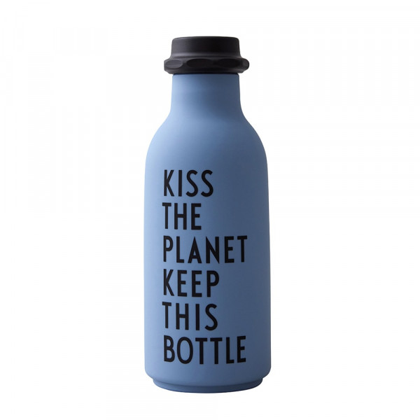 Wasserflasche mit Schrift in Blau und Weiß