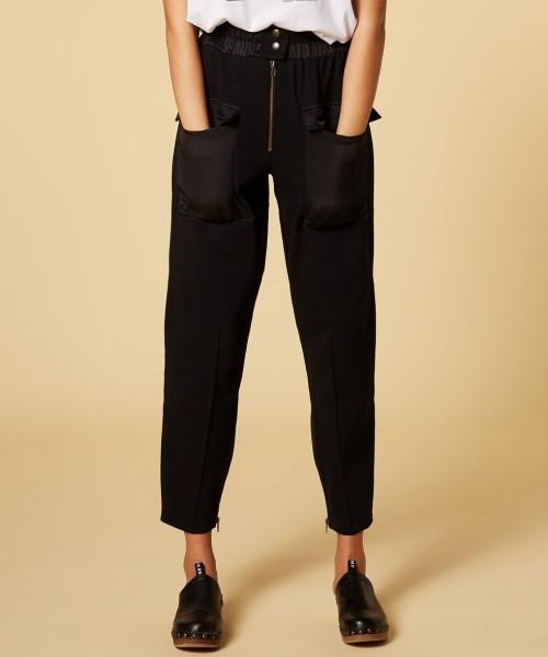 Hose aus Jersey mit aufgesetzten Taschen in Schwarz