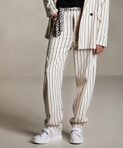 Streifenhose aus dickerem Jersey mit Gürtel Beige mit schwarzen Streifen